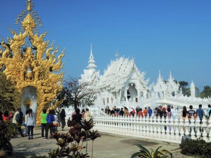 crowd in wat rong khun