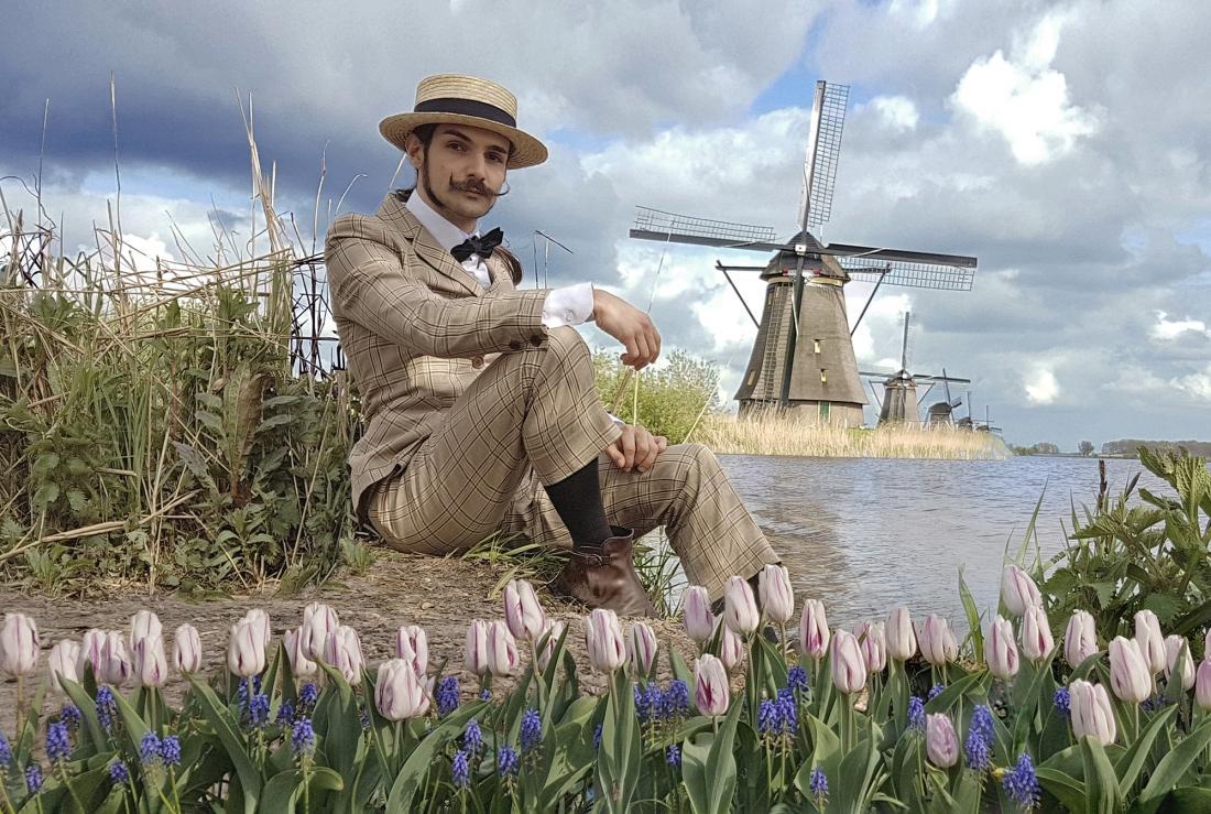 TElombre dans les tulipes et les moulins en Hollande