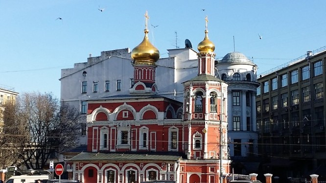 church contrast in moscow