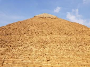 contre plongée pyramides gizeh cairo egypt